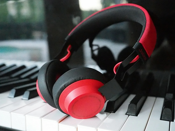 Jabra Move on piano